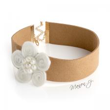 Náhrdelník obojek z umělé kůže s vlněnou květinou a perličkami