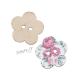 Dřevěný knoflík dekorační ve tvaru květu s růžovými květy